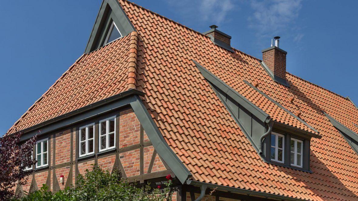 Dachansicht des Landhauses mit Hohlfalzziegel Z5 rot-bunt gedämpft