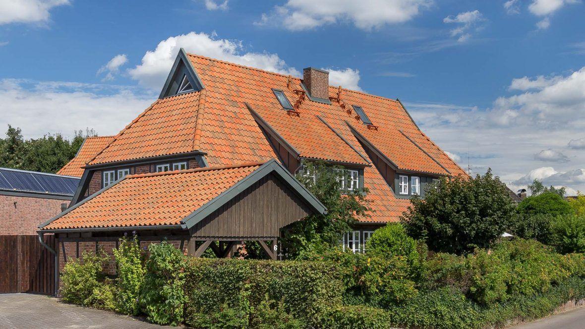 Landhaus gedeckt mit Hohlfalzziegel Z5 rot-bunt gedämpft