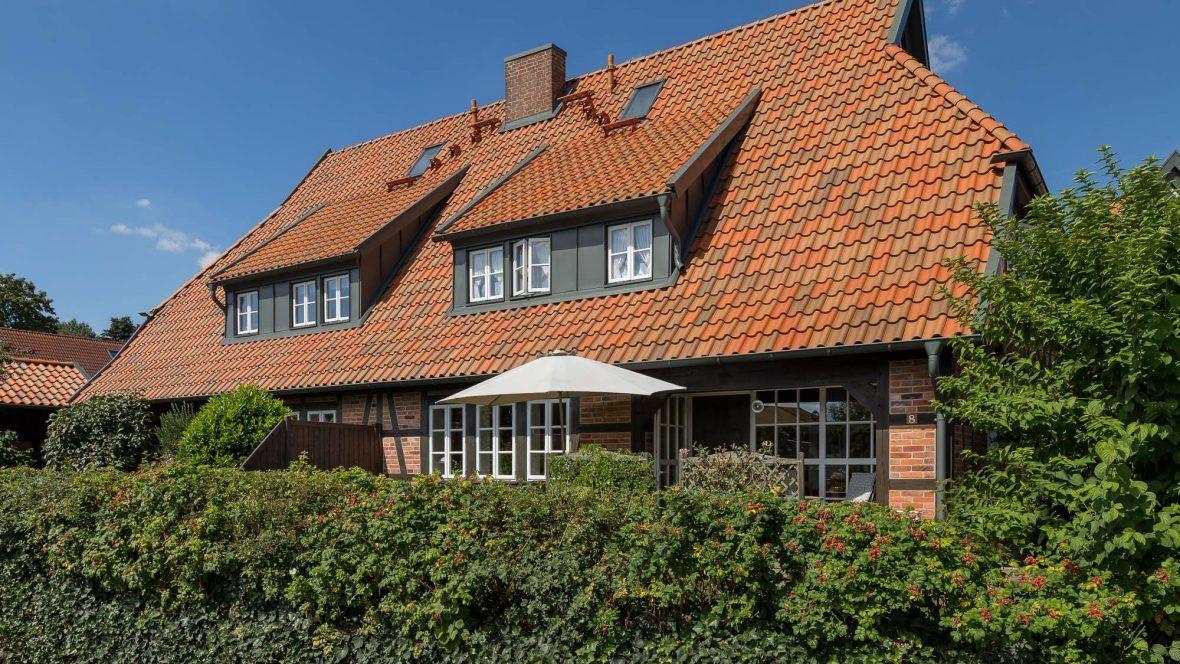 Seitliche Dachansicht des Landhauses mit Hohlfalzziegel Z5 rot-bunt gedämpft