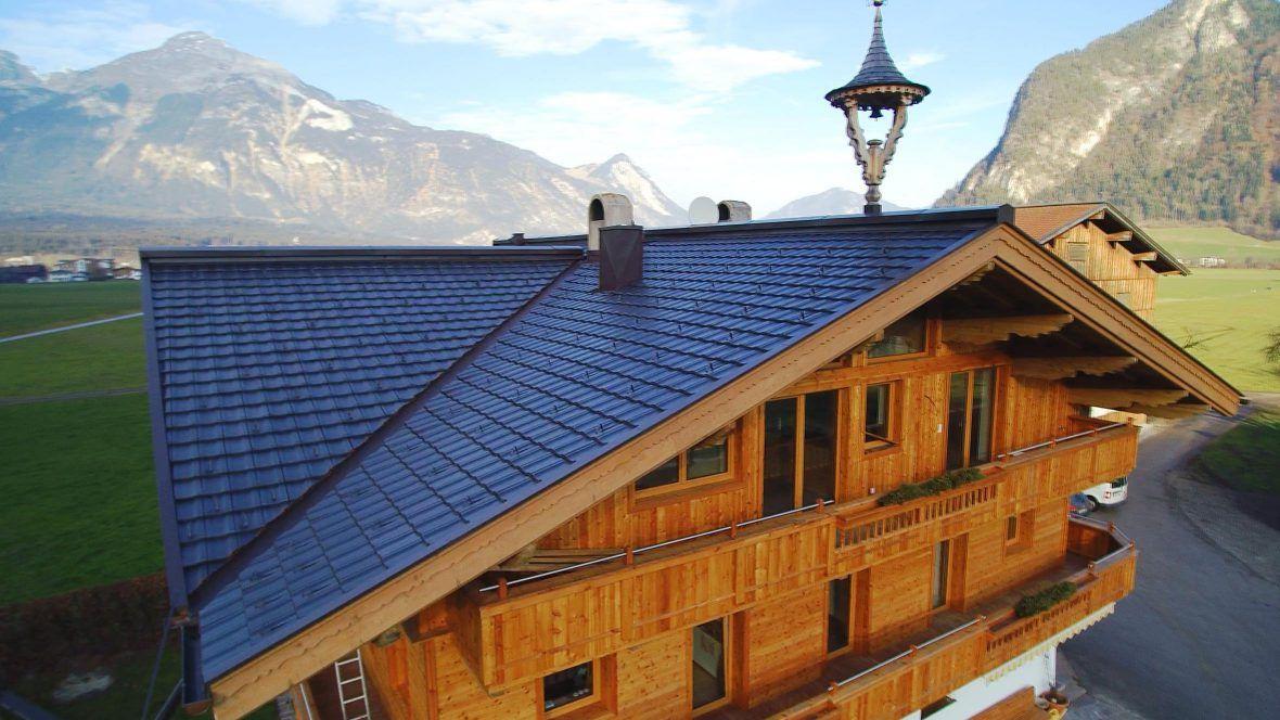 Berghotel mit dem Reformziegel Z10 auf dem Dach