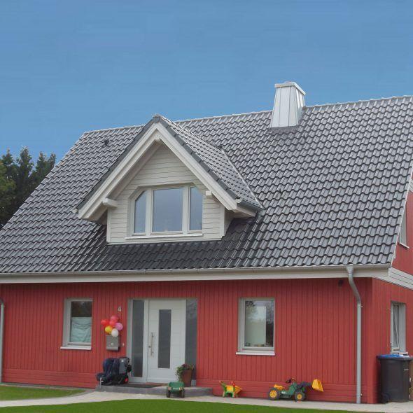 Rotes Holzhaus in Kombination mit Hohlfalzziegel Z5 in schiefergrau matt glasiert