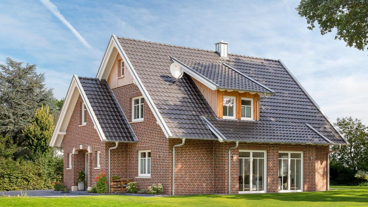 Klassisches Einfamilienhaus mit Satteldach und Flachdachziegel J11v