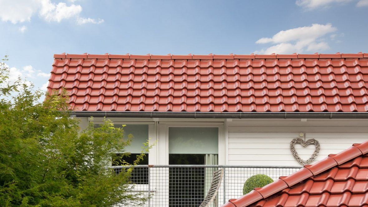 Einfamilienhaus mit dem Dachziegel Flachdachziegel J11v in toskanarot matt