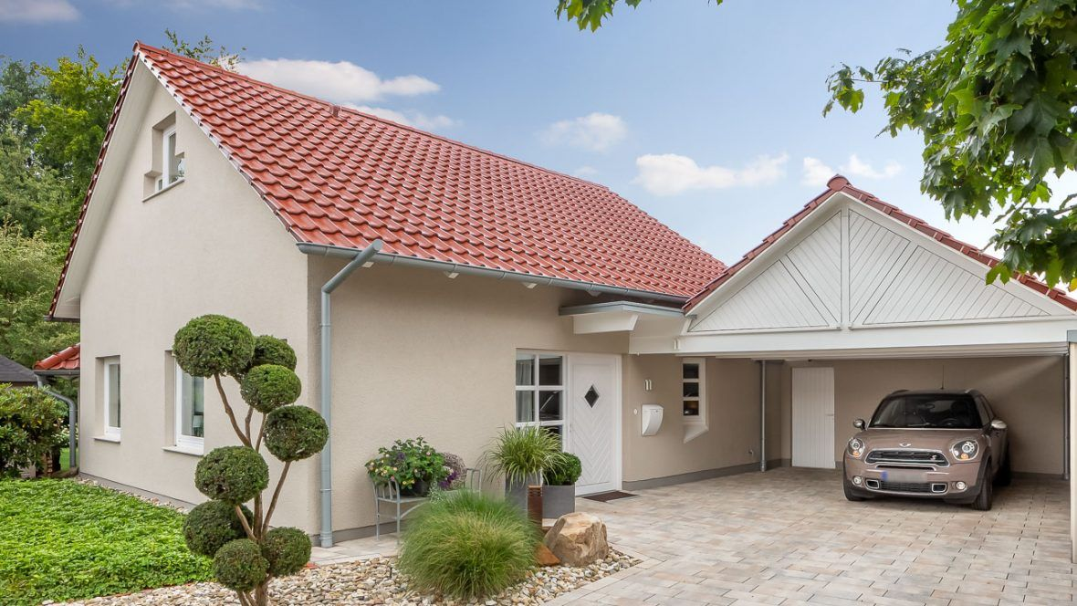 Einfamilienhaus mit Flachdachziegel J11v in toskanarot matt