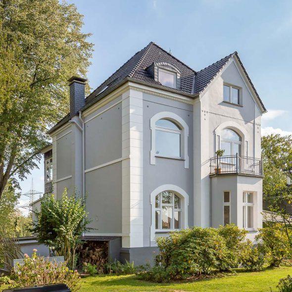 Villa mit Doppelmuldenfalzziegel Tradition in Brillanz nero