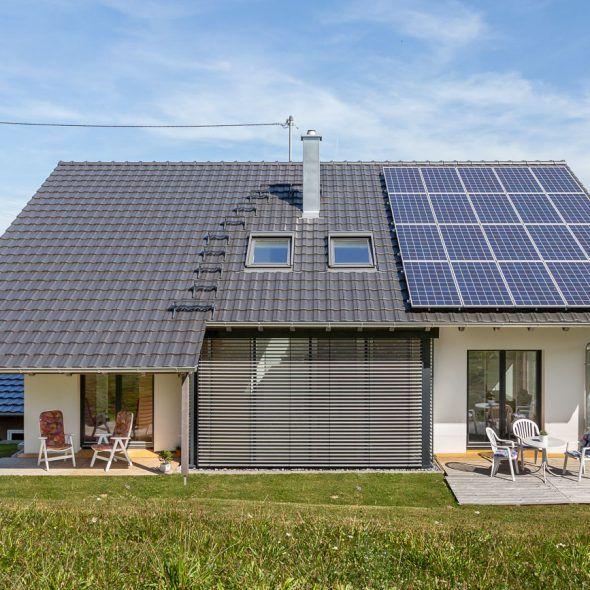 Modernes Einfamilienhaus mit Reformziegel Z10 in altschwarz