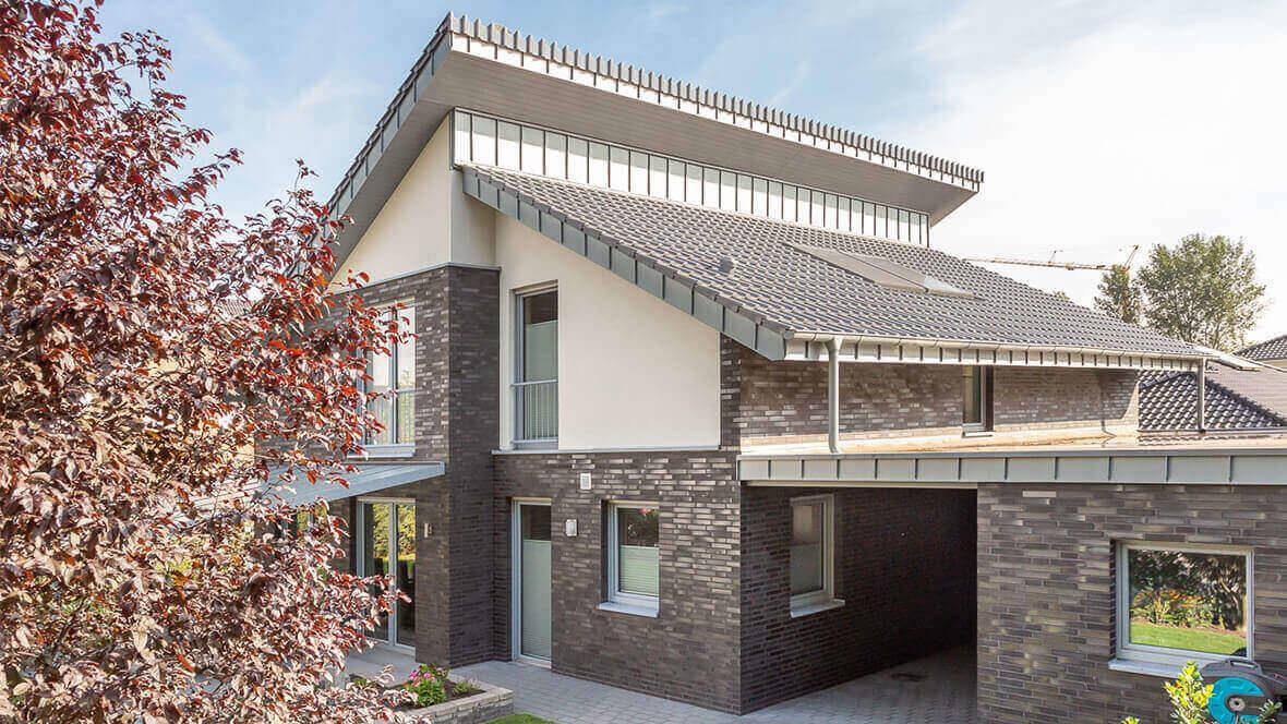 Einfamilienhaus mit dem Dachziegel J11v silbergrau