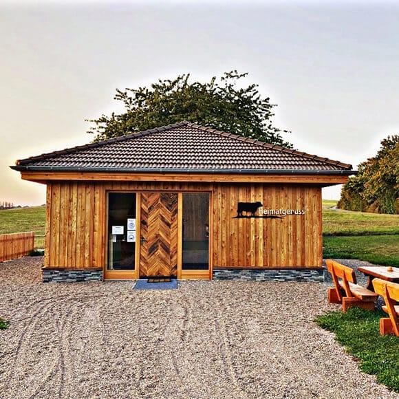 Hofladen Heimatgenuss mit Doppelmulden-Falzziegel Z2 in braun