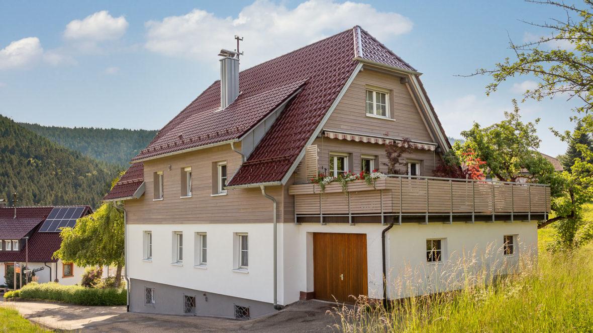 Flachdachpfanne W6v Edelrosso Einfamilienhaus