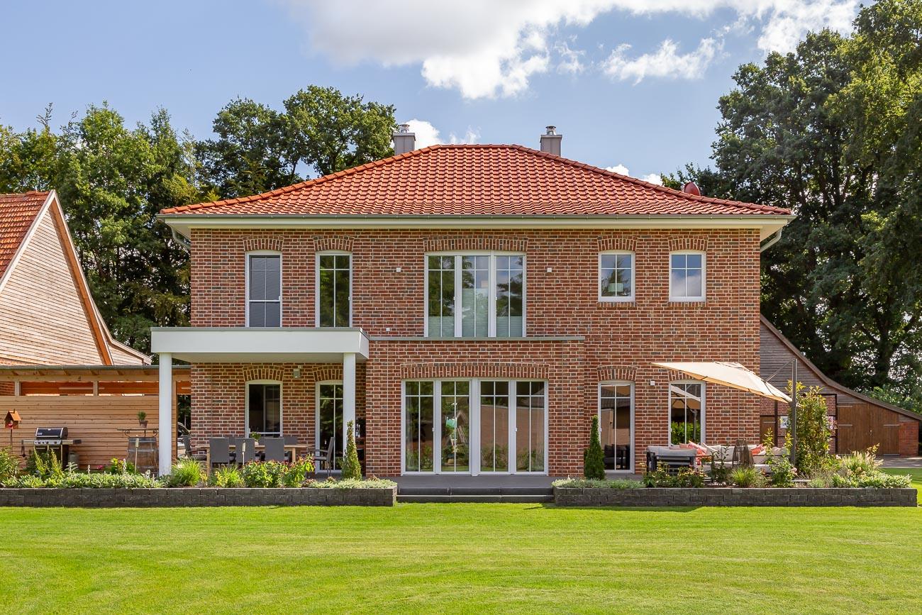 Anmutiges Einfamilienhaus mit Flachdachziegel J11v in altrot