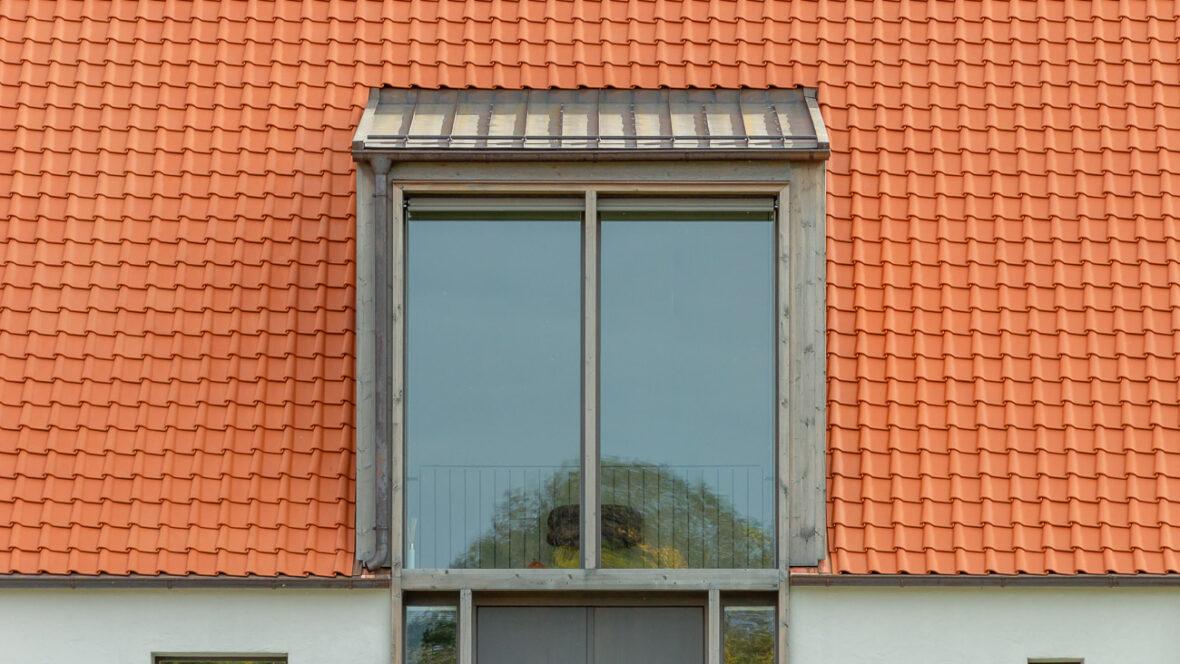 Einfamilienhaus im Landhausstil mit Krempziegel K1 naturrot