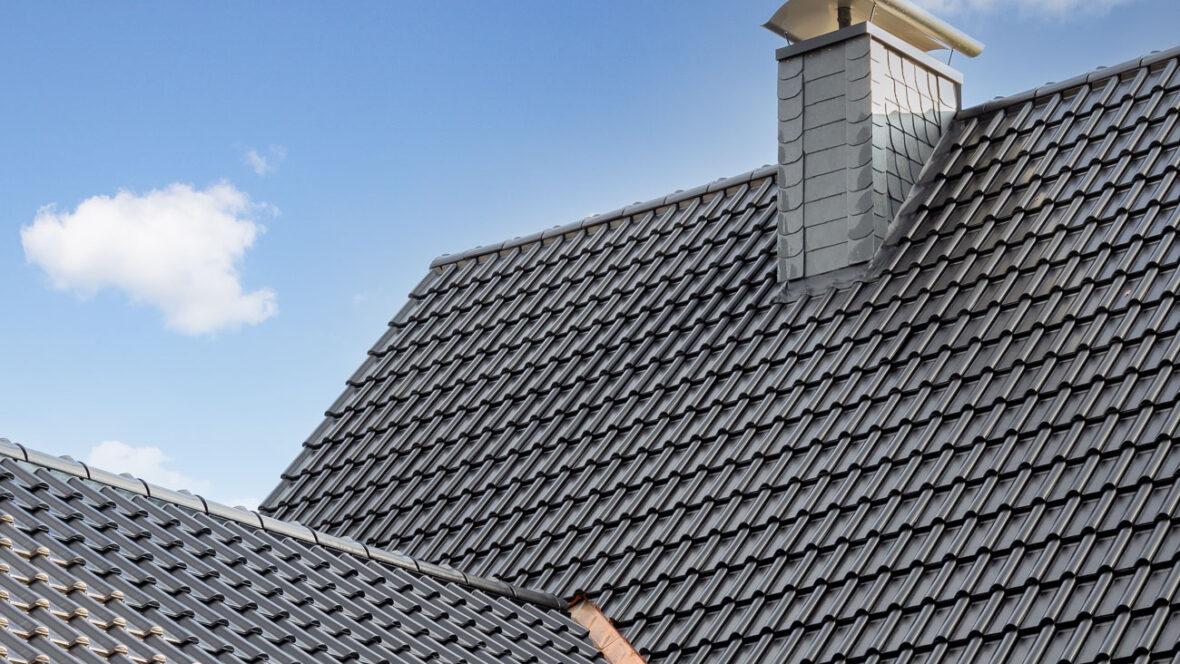 Dachansicht von Einfamilienhaus mit Flachdachziegel J13v in vulkanschwarz matt