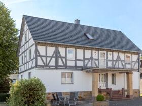 Flachziegel WALTHER-tegula auf einem Einfamilienhaus mit Fachwerk