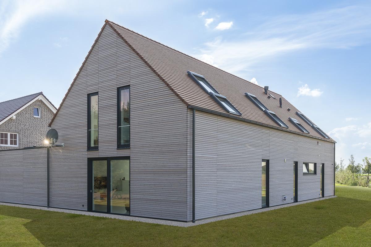 Biberschwanzzziegel dunkelbraun auf puristischem Einfamilienhaus