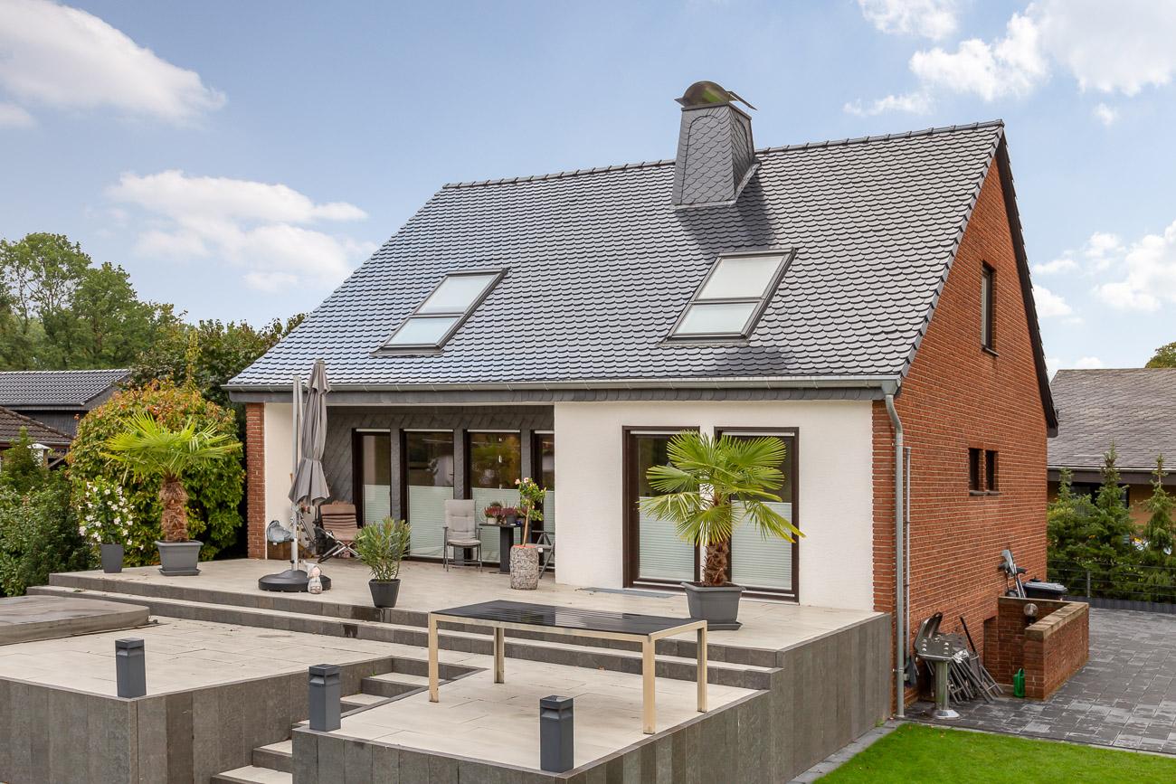 Biberschwanzziegel Rundschnitt in spacegrau auf dem Dach eines modernen Einfamilienhauses