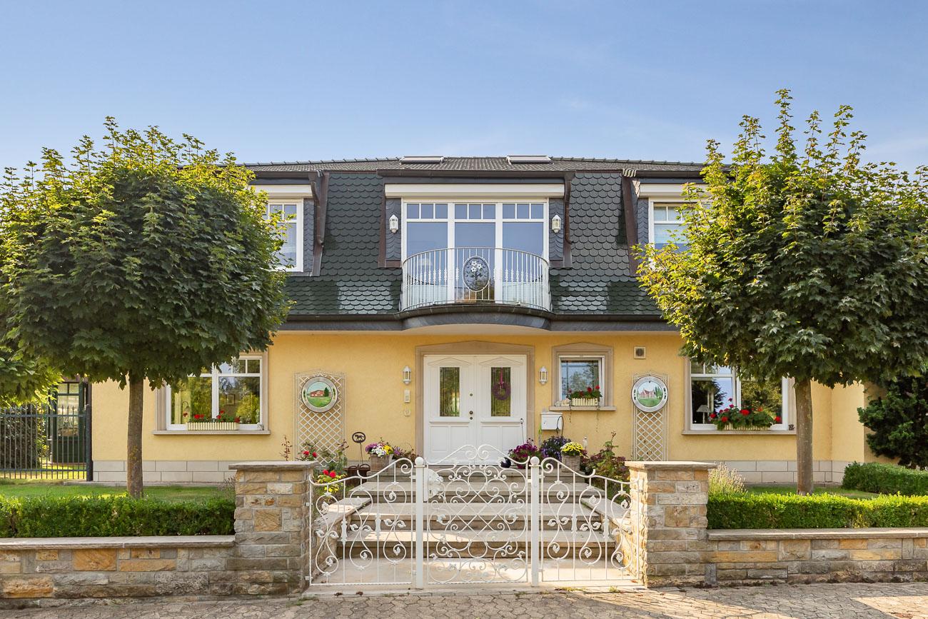 Biberschwanzzziegel in tannengrün auf einer Villa