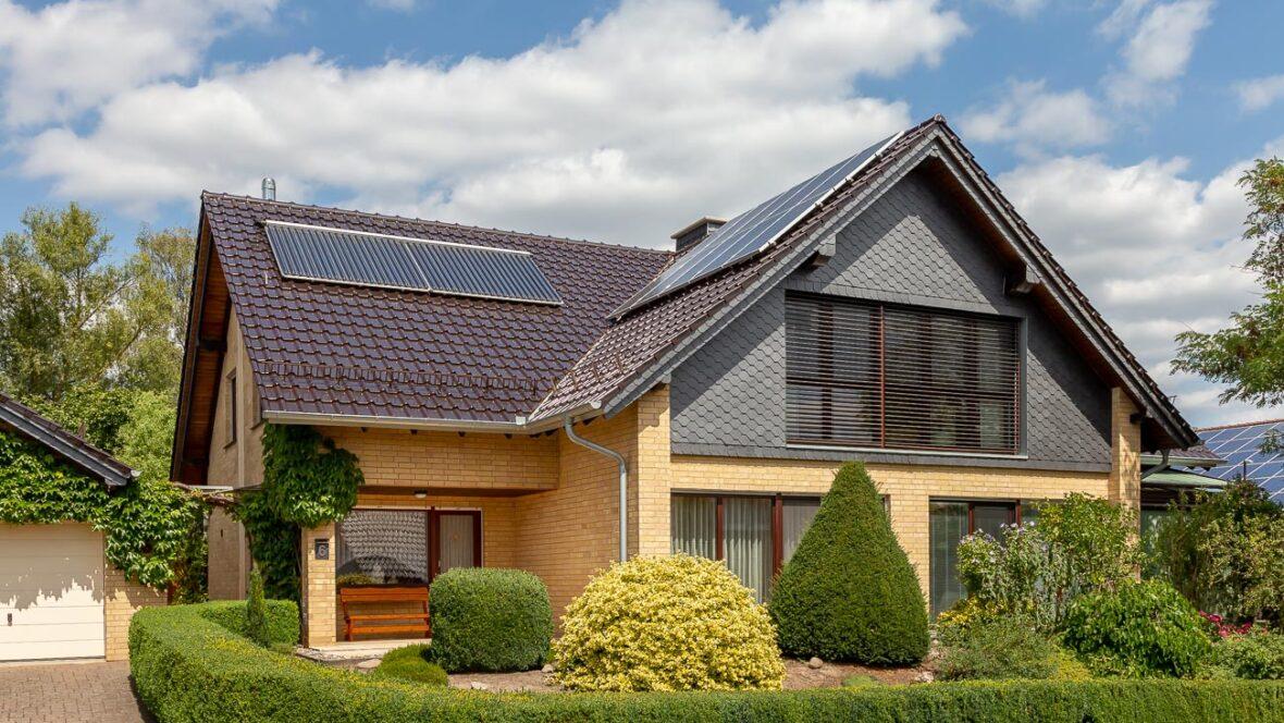 Einfamilienhaus mit Flachdachziegel J11v in edelbraun
