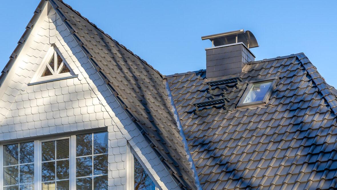 Einfamilienhaus mit Flachdachziegel J11v in lavagrau matt