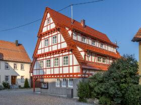 Geschäftshaus mit Fachwerk und Reformziegel Z10