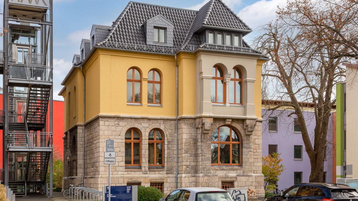 Verwaltungsgebäude mit Hohlfalzziegel Z5
