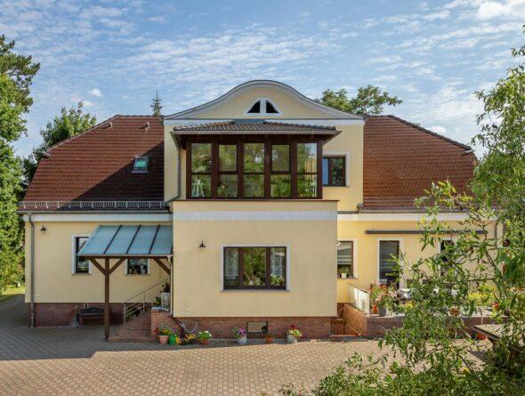 Villa mit Biberschwanzziegel in maronenbraun