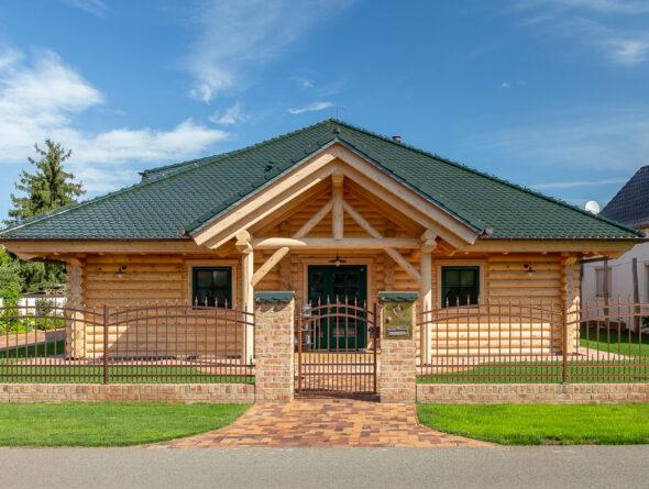 Holzhaus mit tannengrünem Biberschwanzziegel