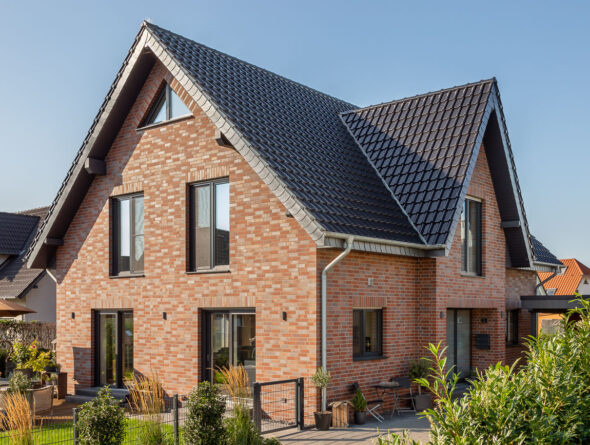 Einfamilienhaus mit edelschwarzem Flachdachziegel J11v