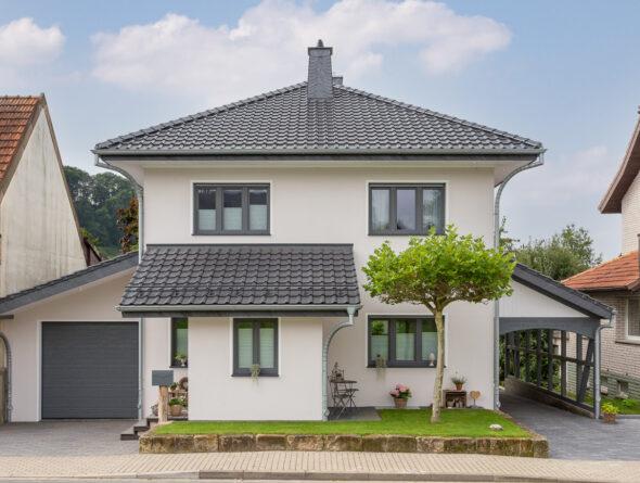 Einfamilienhaus mit Flachdachziegel J11v und First F6v
