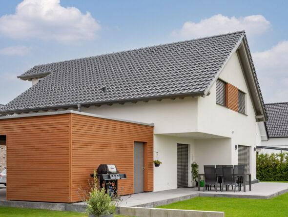 Trendiges Einfamilienhaus mit Holz und Flachdachziegel J11v