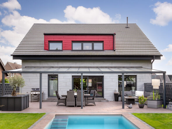 Walther Stylist in edelgrau auf einem Einfamilienhaus mit Pool