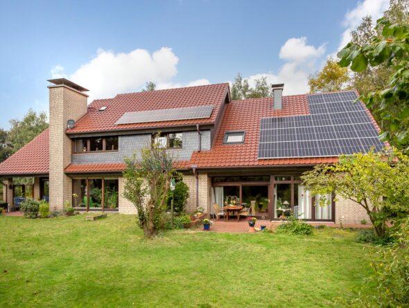 Landhaus mit Klinker und Flachdachziegel J11v in altrot